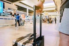 Mannstellung mit Gepäck am Flughafen Mann, der den Aufenthaltsraum betrachtet Flugzeuge bei der Aufwartung auf Einstiegtor betrac lizenzfreie stockbilder