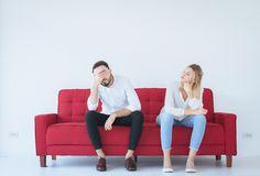 Mannstreit mit Frauenkonflikt und bohrenden Paaren im Wohnzimmer, negative Gefühle lizenzfreie stockbilder