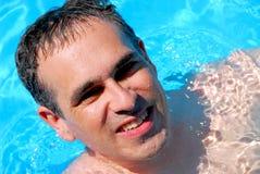 MannSwimmingpool Lizenzfreie Stockfotografie