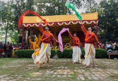 Manntänzer, die in Holi-Feier, Indien durchführen Stockbilder