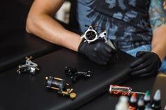 Manntätowierungskünstler lizenzfreie stockfotografie