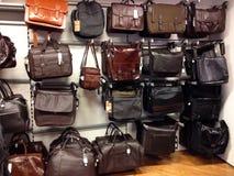 Manntaschen, lederne Fälle und Reisetaschen Stockfotos