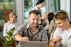 MannTeilhaber, die an Laptopkaffee arbeiten Lizenzfreie Stockfotografie