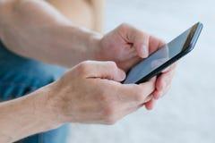 Manntelefon der untätigen Internet-Suchts on-line-Einkaufs lizenzfreie stockfotos