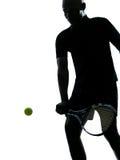 Manntennisspieler-Rückhandschlagschattenbild Lizenzfreie Stockfotografie