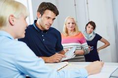 Mannterminplanungsverabredung mit Doktoren behilflich Lizenzfreies Stockbild