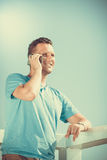 Manntourist auf Pier unter Verwendung des Smartphone technologie Lizenzfreies Stockbild