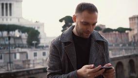 Manntourist erforscht neue Stadt, macht selfie Fotos des Stadtzentrums auf dem Smartphone Mann genießt Reise nach Rom, Italien Stockfotos