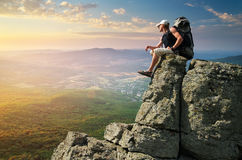 Manntourist im Berg stockfoto