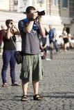 Manntourist mit dem Reflexfotografieren Stockbild