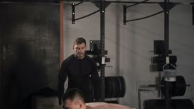 Manntraining mit schwerem Barbell in der Turnhalle stock video