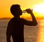 Manntrinkflasche Wasser stockbilder