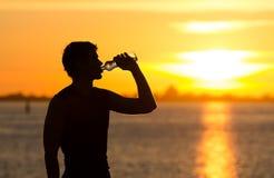 Manntrinkflasche Wasser lizenzfreie stockfotografie