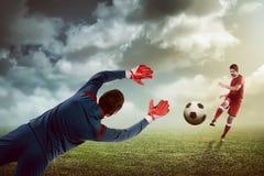 Manntrittball auf dem Torhüter lizenzfreie stockbilder