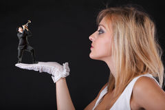 Manntrompetespiel für schöne blonde Frau Stockfotos