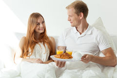 Mannumhüllungsfrau ein Frühstück lizenzfreies stockfoto