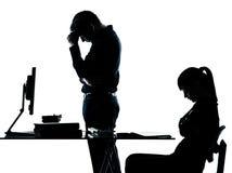 Mannvaterlehrerkursteilnehmermädchenjugendlichheimarbeit Lizenzfreie Stockfotos