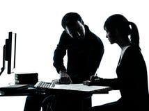 Mannvaterlehrerkursteilnehmermädchenjugendlichheimarbeit Lizenzfreies Stockbild