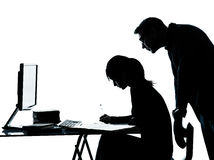 Mannvaterlehrerstudentenmädchenjugendlichhausarbeit Lizenzfreie Stockfotografie