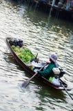 Mannverkäufe auf dem Boot Stockfotografie
