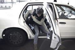 Mannverlassen ein Fahrerhaus lizenzfreie stockfotografie