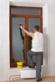 Mannwäsche eine Fensterscheibe. Stockfotos