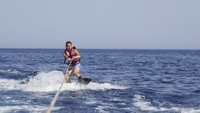 Mannwakeboarder in Meer im Sommer Stockfotografie