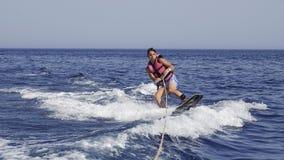 Mannwakeboarder in Meer im Sommer Stockbilder