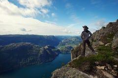 Mannwanderer in den Bergen Stockbilder