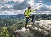 Mannwanderer, der oben auf Gebirgsspitzenklippenrand l?uft lizenzfreie stockfotografie