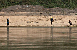 Mannwartezeit entlang dem Mekong, Laos Lizenzfreies Stockbild