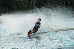 Mannwasserski auf See Lizenzfreie Stockfotos