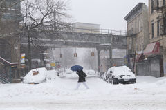 Mannweg über der Straße während des Schneesturmes Lizenzfreies Stockfoto