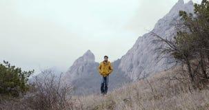 Mannweg von den Felsen und von den Bergen stock video footage