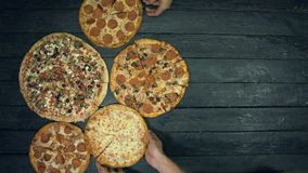 Manny pizza på ekologisk svart bakgrund