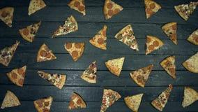 Manny skivor av pizza på ekologisk svart bakgrund