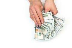 Mannzählung das neue US-Dollars auf Weiß lizenzfreie stockfotos