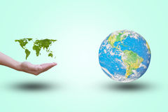 Mano abierta de la demostración del mapa del mundo con las hojas verdes Mundo en un fondo en colores pastel color Concepto del am imagen de archivo