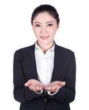Mano abierta de la mujer de negocios que lleva a cabo algo aislado en blanco imágenes de archivo libres de regalías