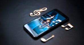 Mano abstracta que juega notas de la música sobre smartphone Foto de archivo