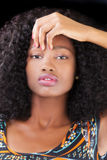 Mano adolescente afroamericana atractiva del retrato de la mujer Fotos de archivo