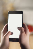 Mano adolescente femenina usando smartphone con la pantalla blanca en blanco Imagen de archivo libre de regalías