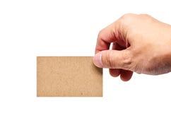 Mano adulta del hombre que sostiene la tarjeta en el clipp blanco del espacio de la copia del fondo Fotografía de archivo