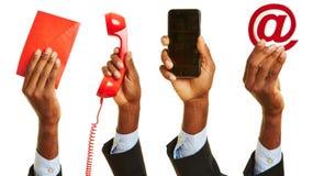 Mano africana que muestra el contacto del servicio de atención al cliente imagen de archivo