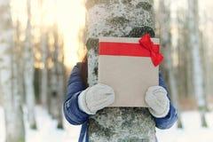 Mano al aire libre del regalo de la muchacha del invierno Imagenes de archivo