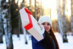 Mano al aire libre del regalo de la muchacha del invierno Fotos de archivo