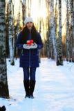 Mano al aire libre del regalo de la muchacha del invierno Fotografía de archivo