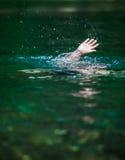 Mano alguien que se ahoga y necesitando ayuda Foto de archivo libre de regalías