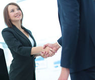 Mano amica Due genti di affari che stringono le mani in ufficio Immagine Stock Libera da Diritti