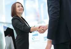 Mano amica Due genti di affari che stringono le mani in ufficio Fotografia Stock Libera da Diritti
